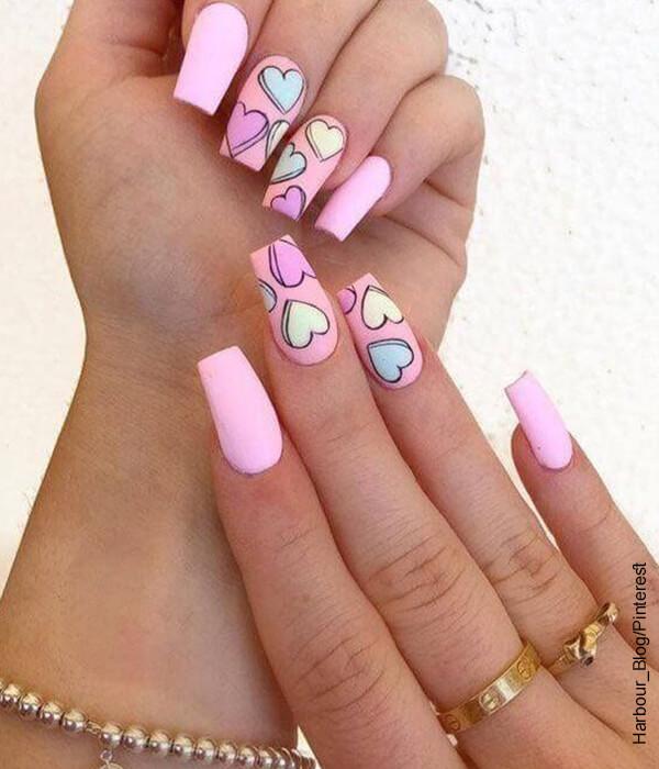 Foto de las manos de una mujer que muestra sus uñas semipermanentes