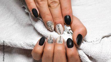 Foto de las manos de una mujer tocando una tela que ilustra las uñas semipermanentes