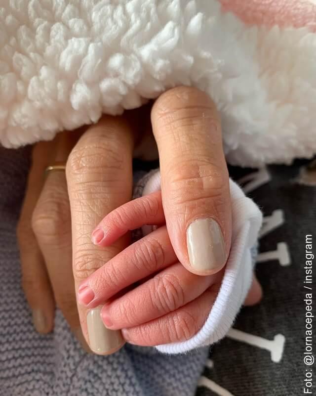 foto de la mano de lorna cepeda con su nieta