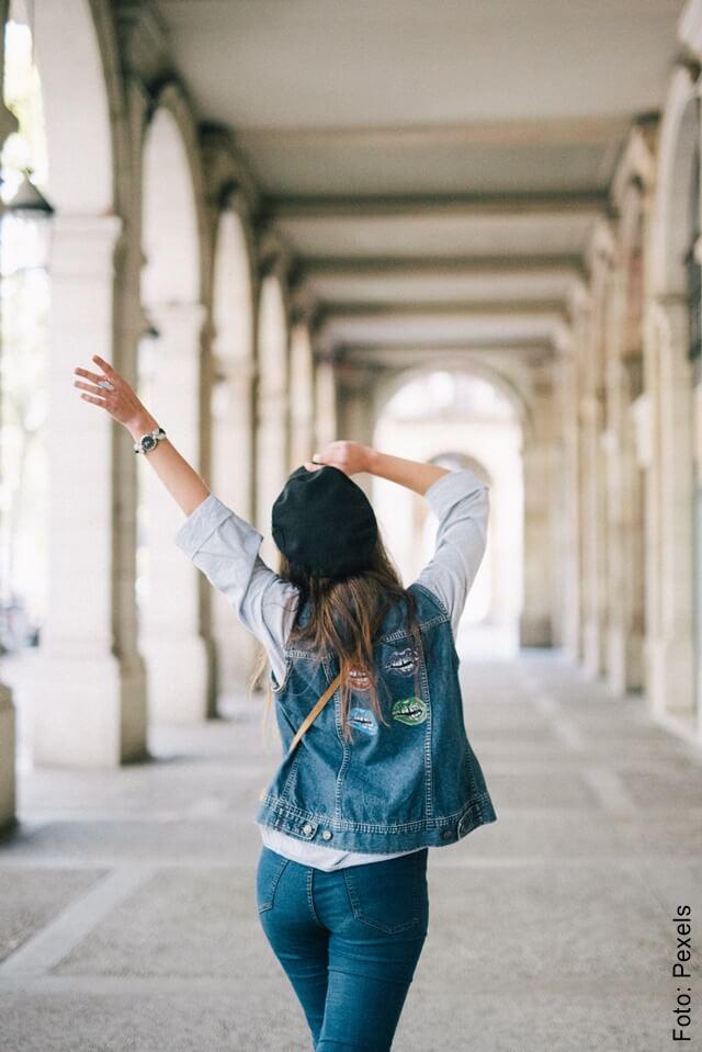 foto de una mujer de espalda alejándose