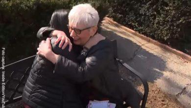 Abuela se vacuna contra Covid y vuelve a abrazar a sus nietos