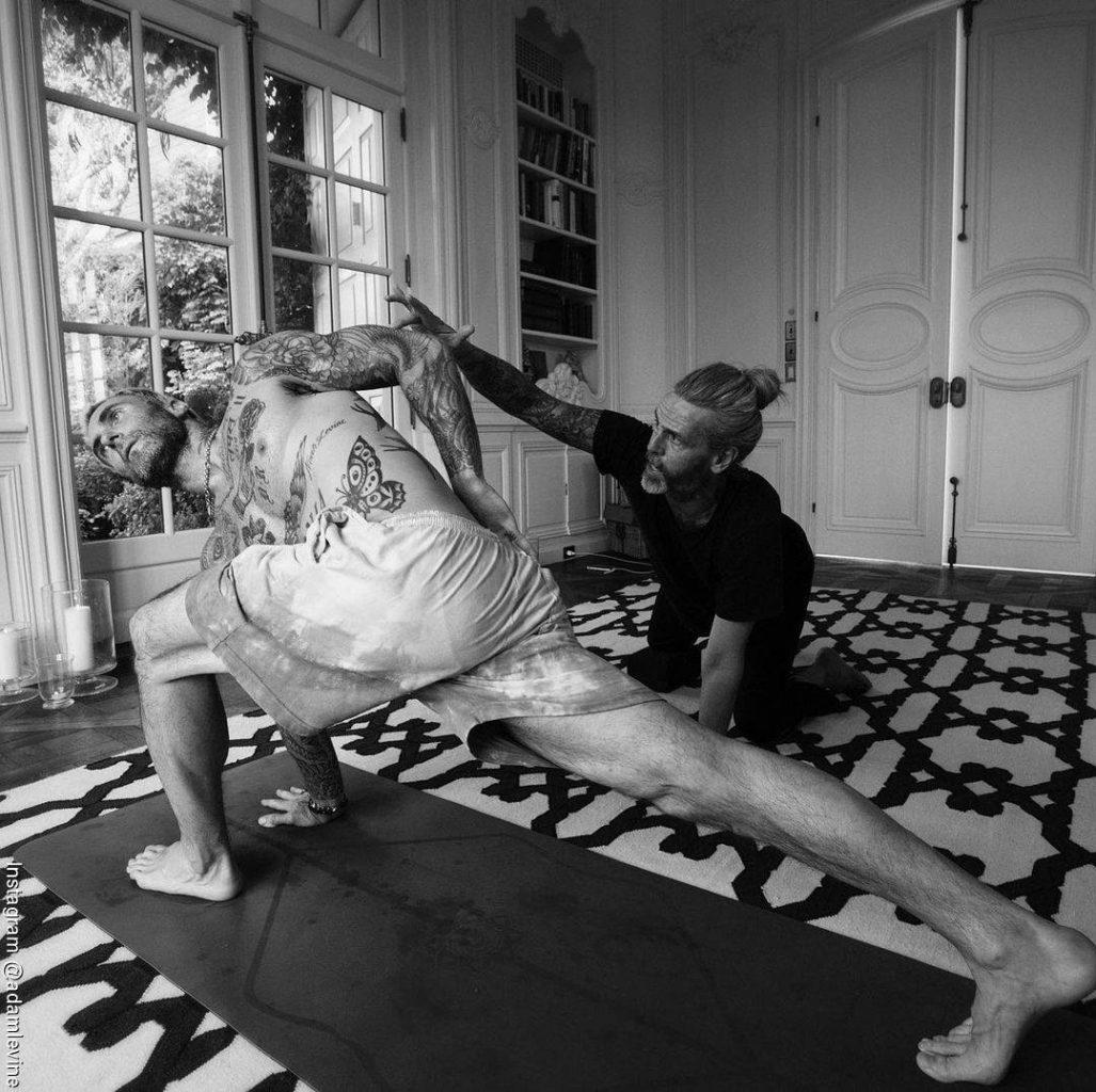 Foto de Adam Levine practicando Yoga
