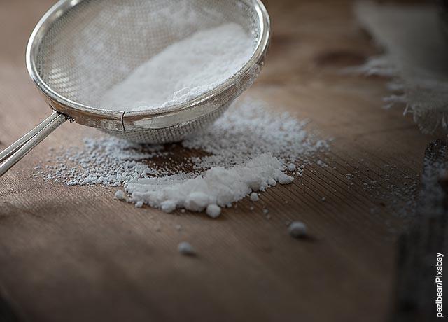 Foto de azúcar pulverizada en un colador