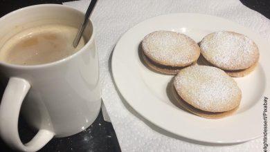 Foto de galletas con una taza de café que ilustra los alfajores y su receta