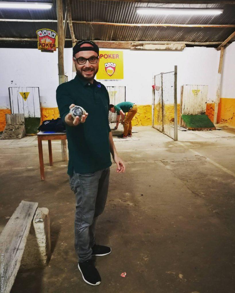 Foto de Stefano Beruschi jugando tejo en Bogotá