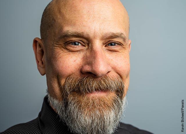 Foto de un hombre calvo sonríendo que muestra la caída del cabello