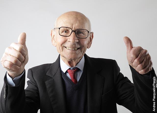 Foto de un hombre de la tercera edad con una sonrisa