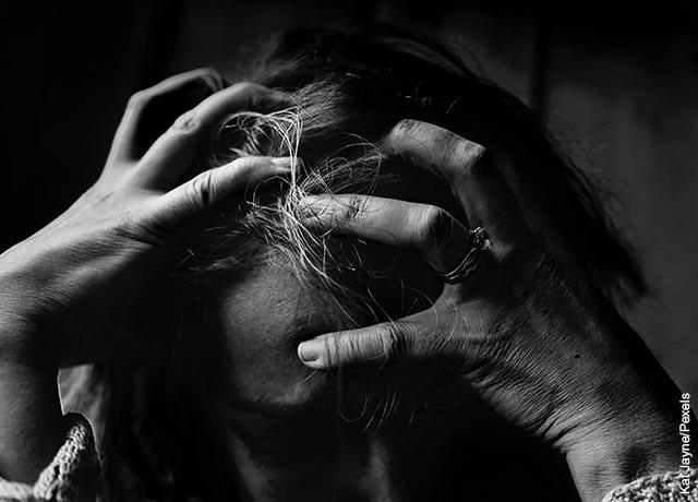 Foto de una mujer rascándose la cabeza