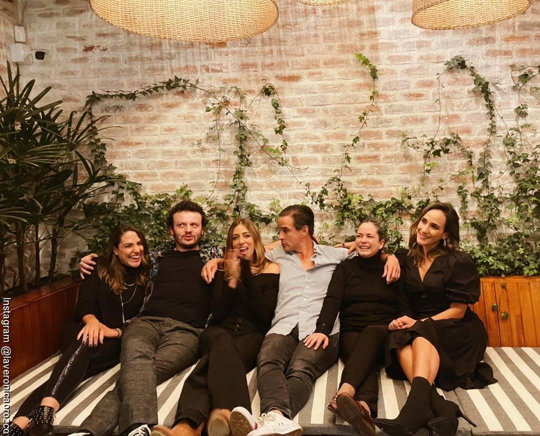 Foto de Verónica Orozco reunida con sus amigos de Oki Doki
