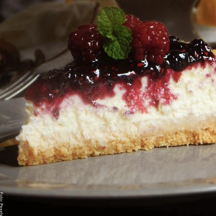 Foto de una porción de cheesecake con frutos rojos