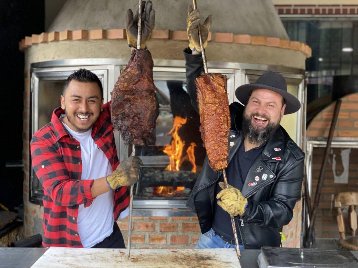 Foto de los Insaciables en un asadero de carne y chicharrón