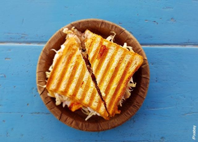 Foto de un sándwich dividido en dos partes