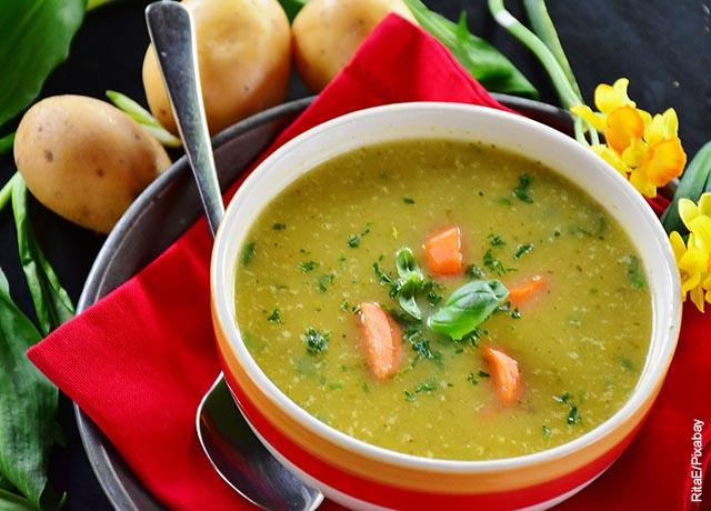 Foto de una sopa de verduras