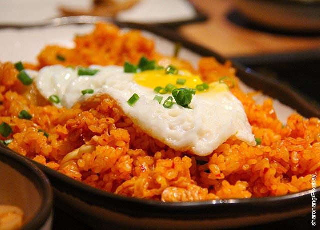 Foto de un plato de arroz con huevo frito