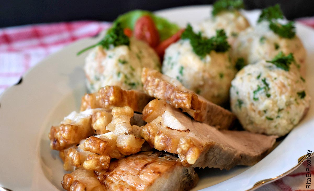 Foto de un plato de cerdo con arroz que ilustra las comidas fáciles de hacer