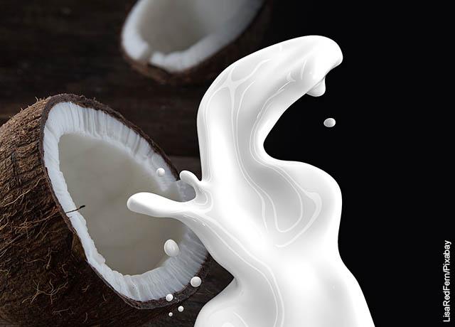 Foto de leche saliendo una de una fruta