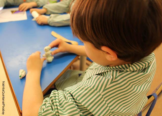 Foto de un niño amasando plastilina
