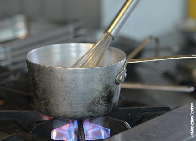 Foto de una olla al fuego de una estufa
