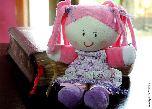 Foto de una muñeca hecha con retazos