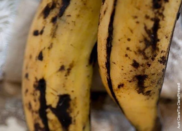 Foto de dos plátanos maduros con cáscara