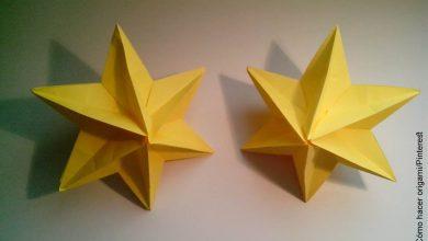 Foto de dos manualidades en papel amarillo que ilustran cómo hacer una estrella de 5 puntas