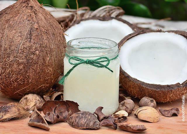 Foto de aceite de coco y cocos partidos