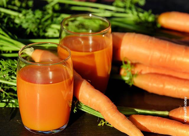 Foto de jugos de zanahoria sobre una mesa que ilustran cómo reducir el abdomen