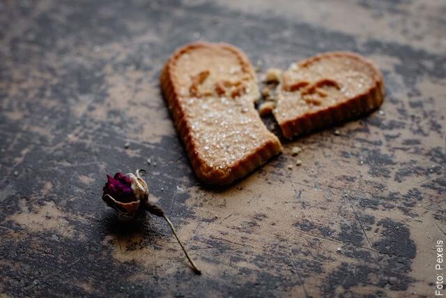 foto que ilustra un corazón roto de galleta