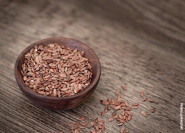 Foto de una taza de semillas de linaza