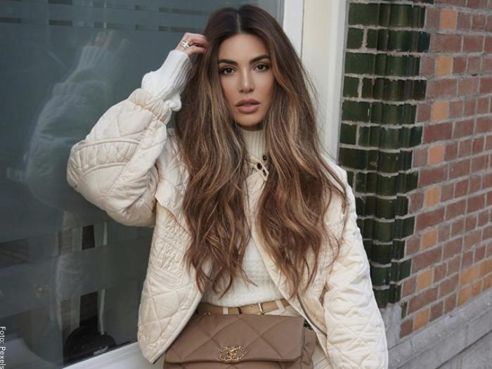 Foto de mujer con el cabello largo