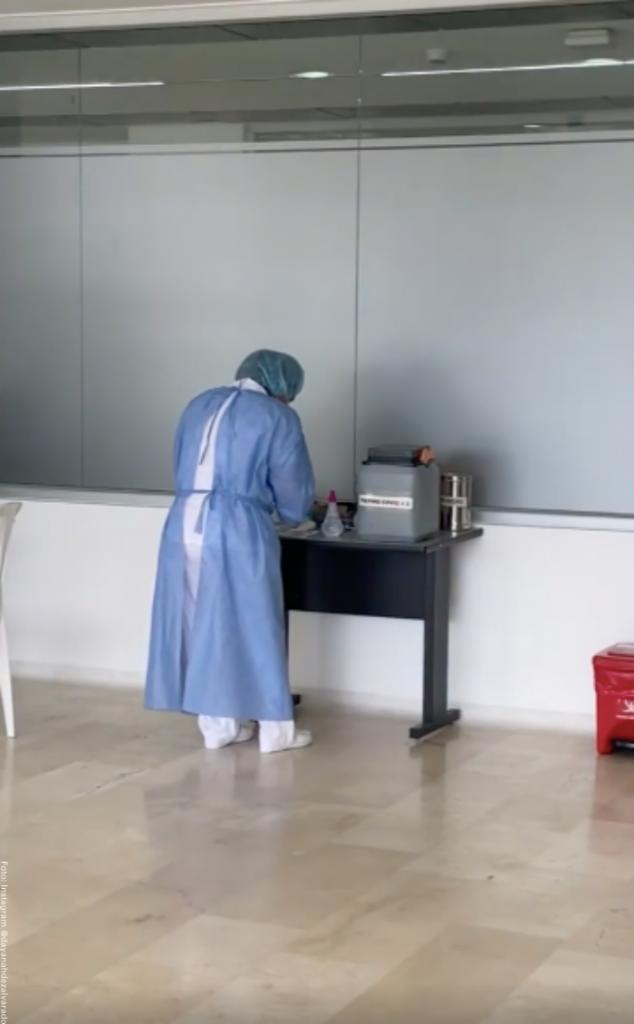 Foto de enfermera que puso vacuna vacia