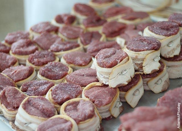 Foto de trozos de carne con tocineta