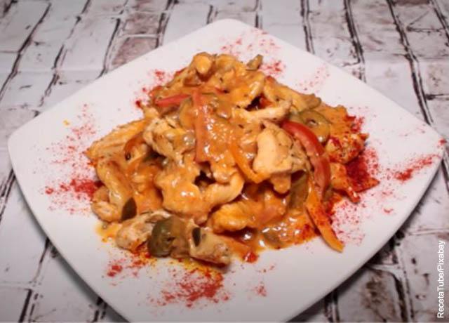 Foto de un plato de pechuga de pollo con salsa