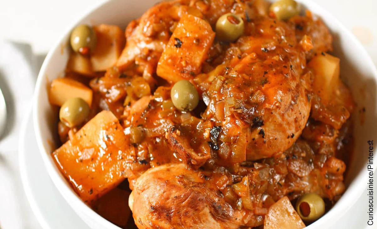 Foto de un plato de comida que muestra el fricasé de pollo y su receta fácil