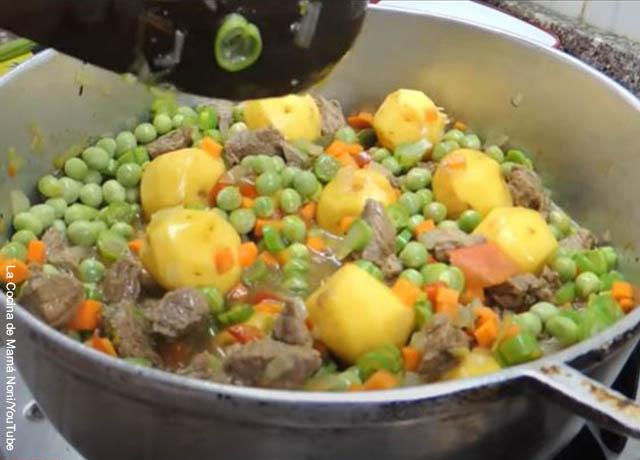 Foto de una olla con verduras y papas sudadas