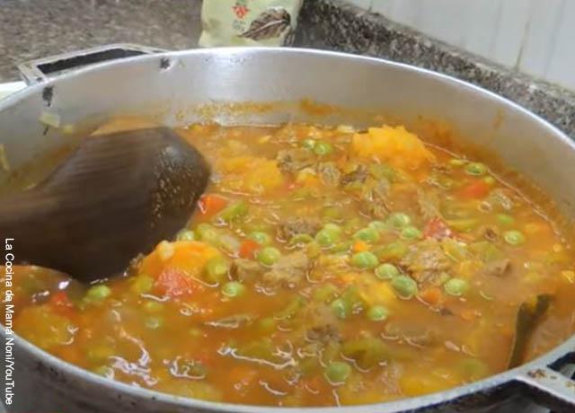 Foto de un goulash de carne en una olla