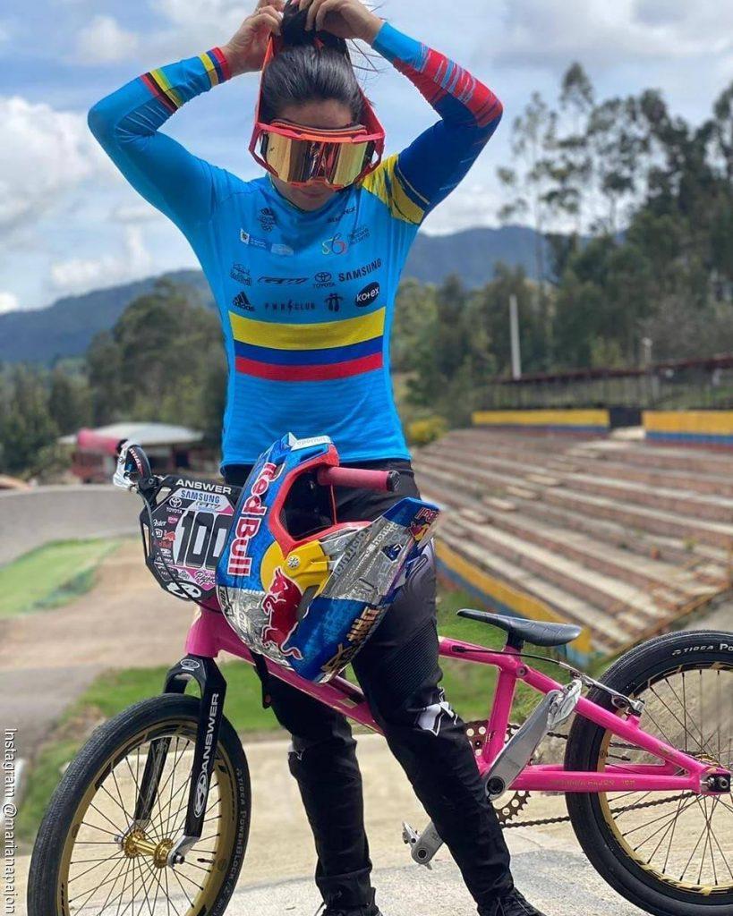 Foto de Mariana Pajón recogiendo su pelo antes de montar bicicleta