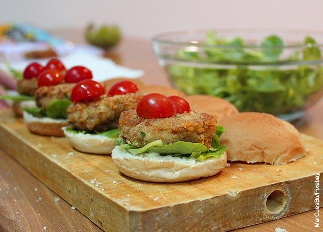 Foto de varias hamburguesas sobre una tabla de madera