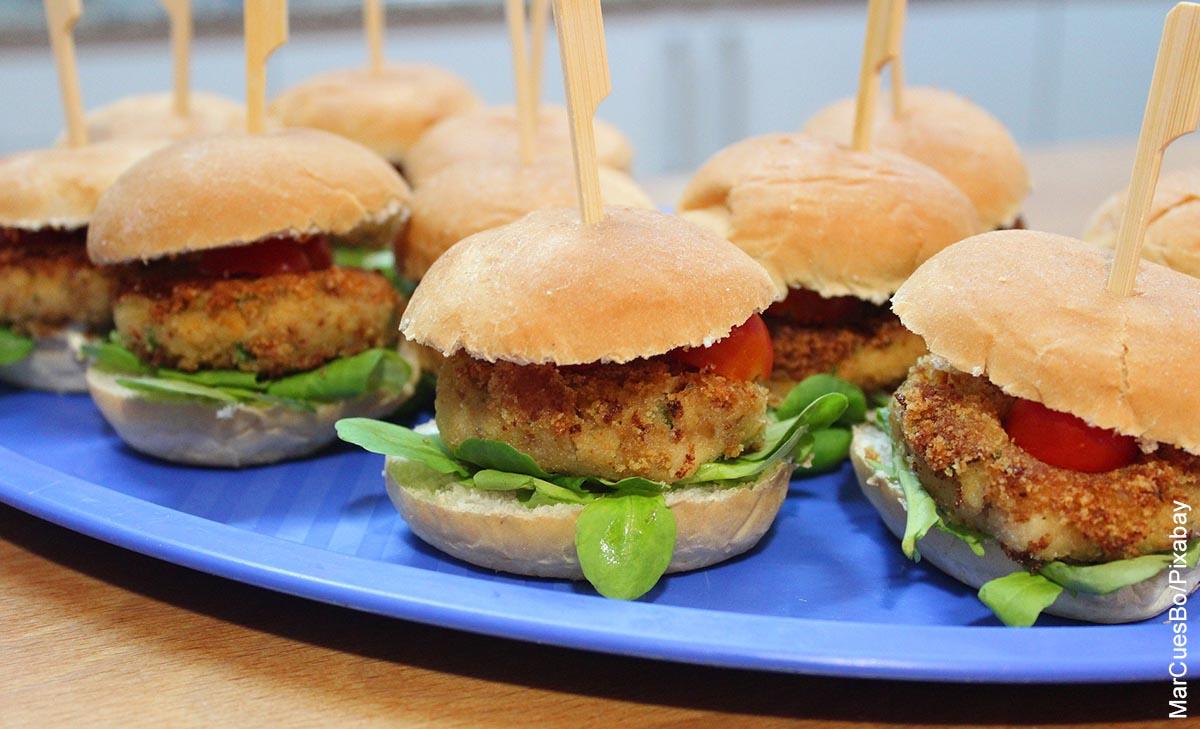 Foto de varias hamburguesas veganas