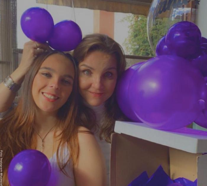 Foto de Luces Velásquez junto a su hija