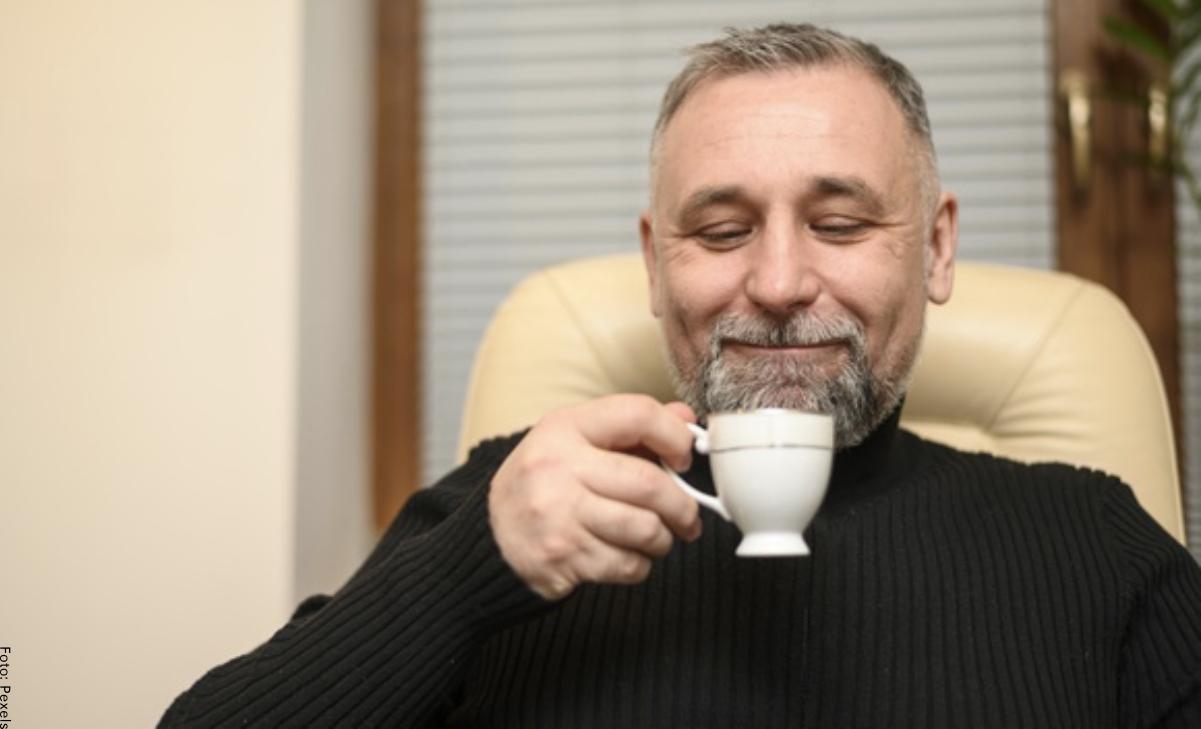Hombre compró una taza y resultó ser una fortuna