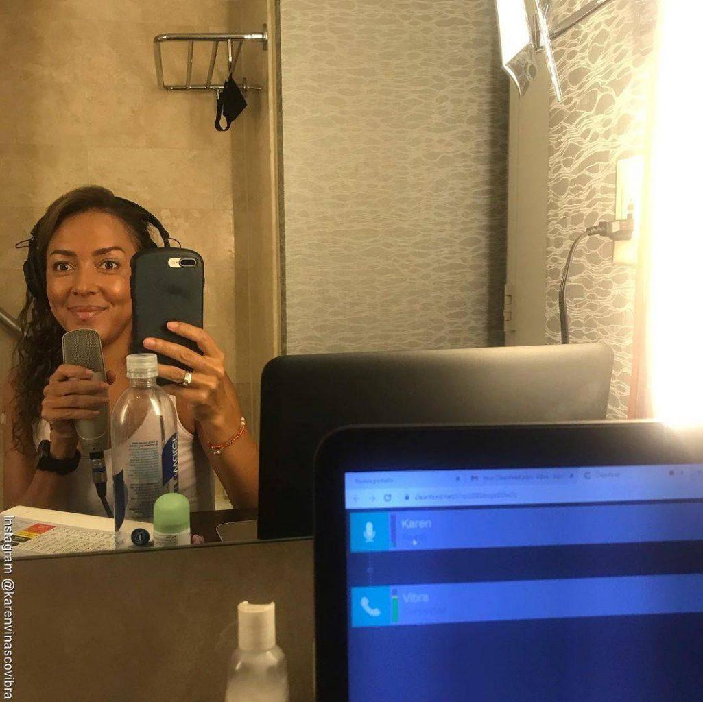 Foto de Karen Vinasco transmitiendo en directo desde un baño