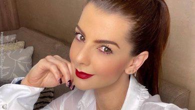 Selfie de Carolina Cruz sentada en su sala