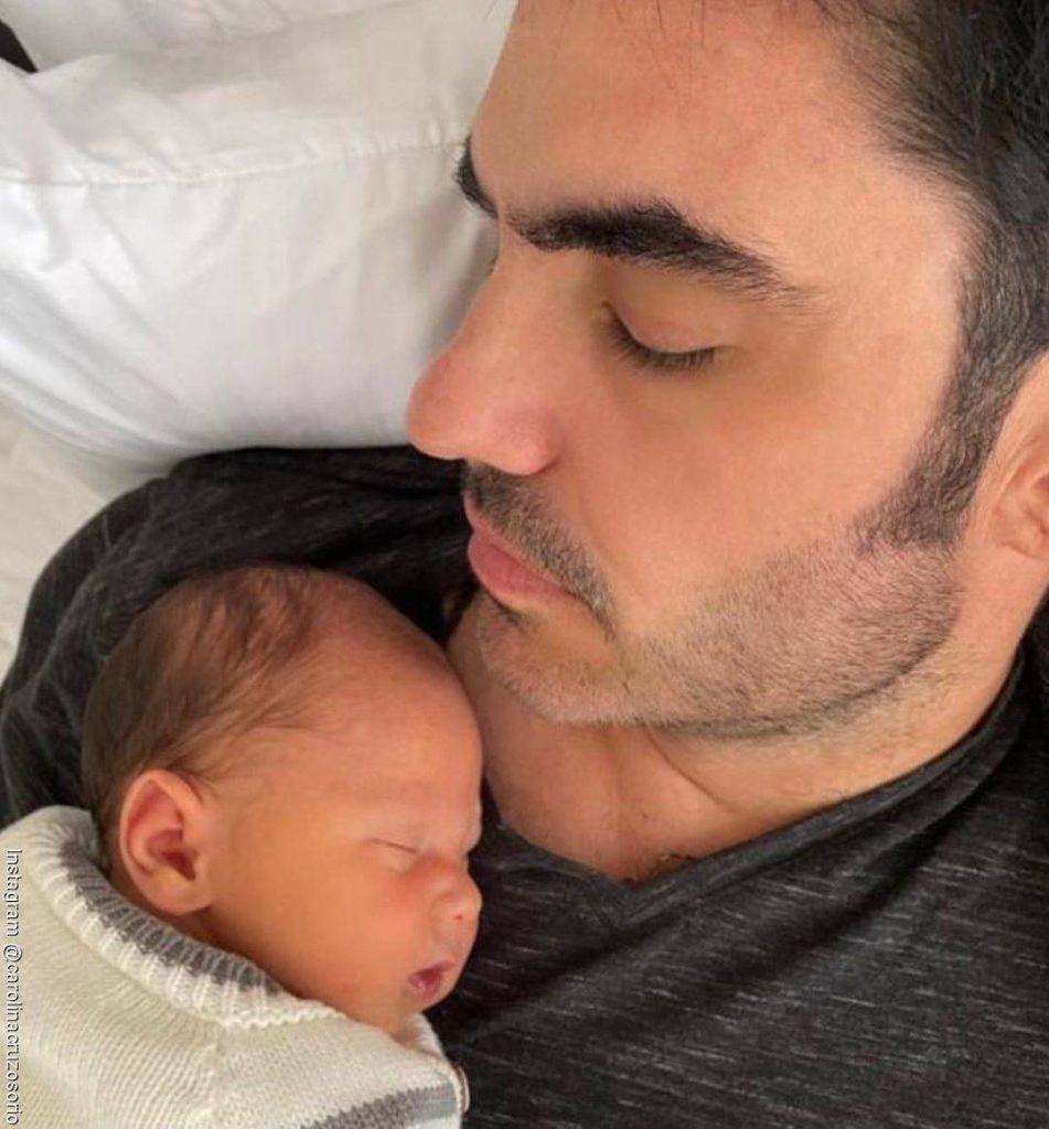 Foto de Lincoln Palomeque con su hijo Salvador dormido sobre su pecho