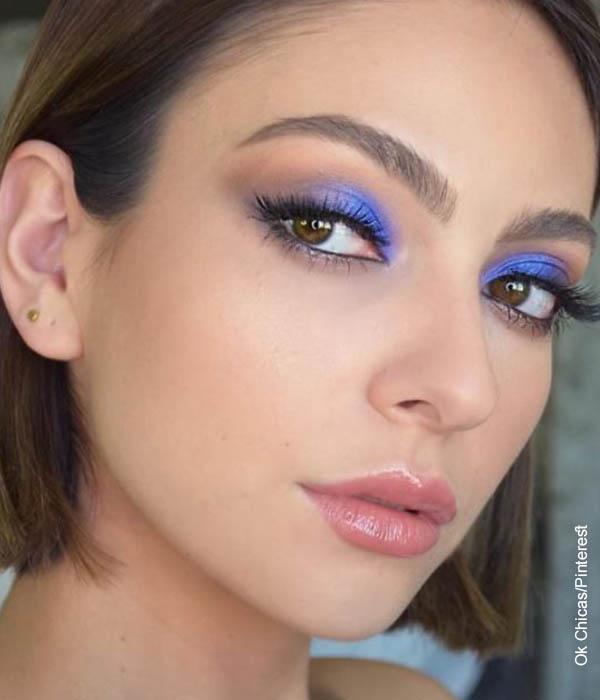 Foto de una mujer joven posando con un maquillaje para ojos
