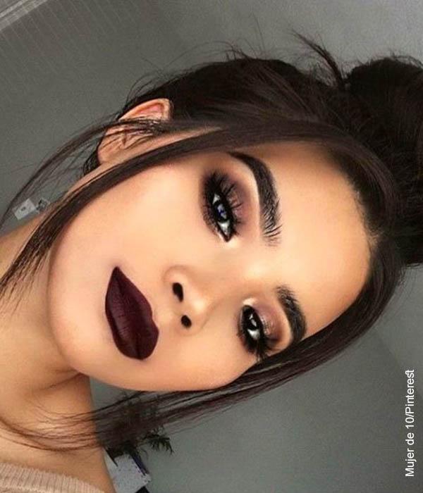 Foto de una mujer luciendo un maquillaje oscuro