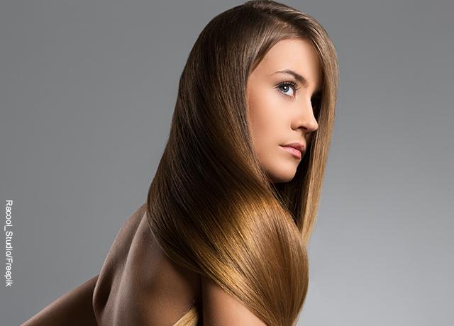 Foto de una joven con el cabello liso y marrón