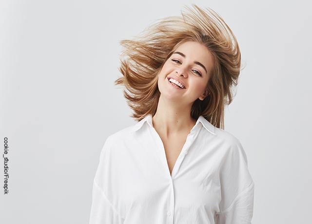 Foto de una modelo girando su cabeza que muestra las mascarillas caseras para el cabello