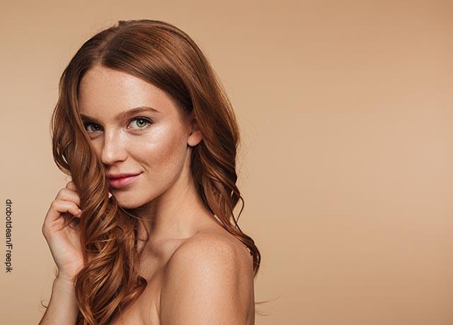 Foto de una modelo mirando sensual a la cámara