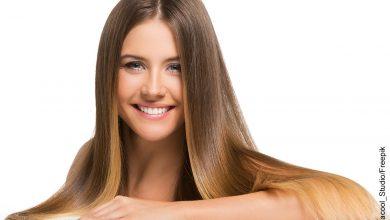 Foto de una mujer rubia sonriendo que muestra las mascarillas caseras para el cabello